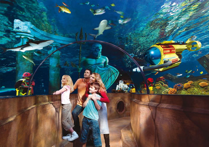 Familie im Glastunnel im LEGOLAND ATLANTIS by SEA LIFE